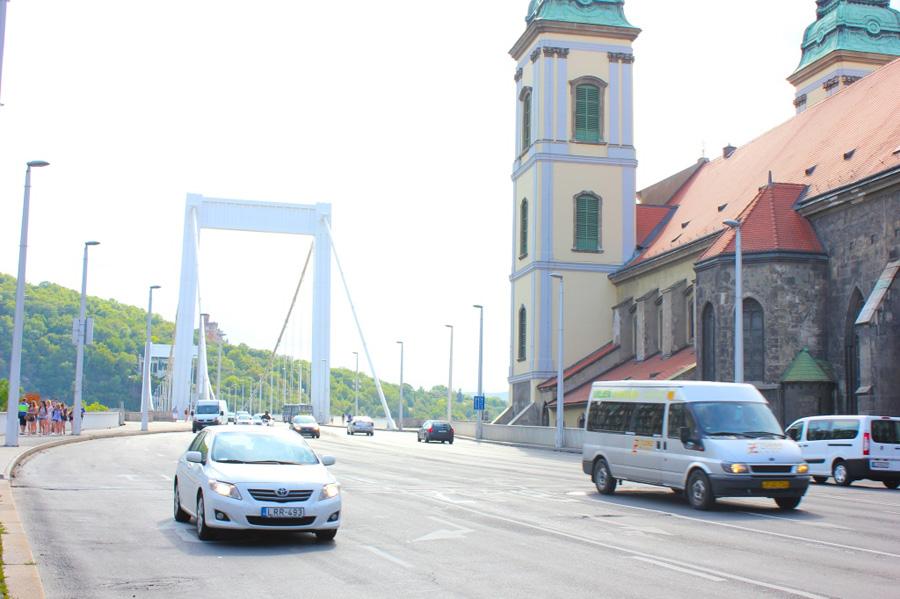 approaching-elizabeth-bridge-1024x682